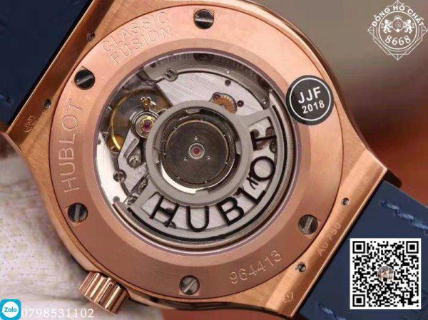 Sở hữu một diện mạo mạnh mẽ từ mặt số 38mm thiết kế 6 đinh vít nổi tiếng và dây da cá sấu, chiếc đồng hồ với bộ vỏ mạ vàng hồng 18k của phiên bản Hublot Super Fake lần này được đánh giá khá cao.