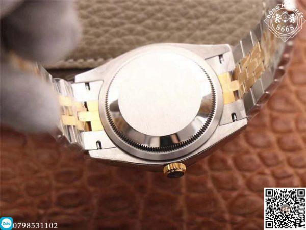 ỏ giữa cũng như mối nối ngoài cùng của dây đeo đồng hồ được làm từ thép không gỉ. Thiết kế bọc vàng demi được nhà sản xuất sử dụng cho vành bezel và 3 mối nối của dây đeo để tăng thêm sự bắt mắt.