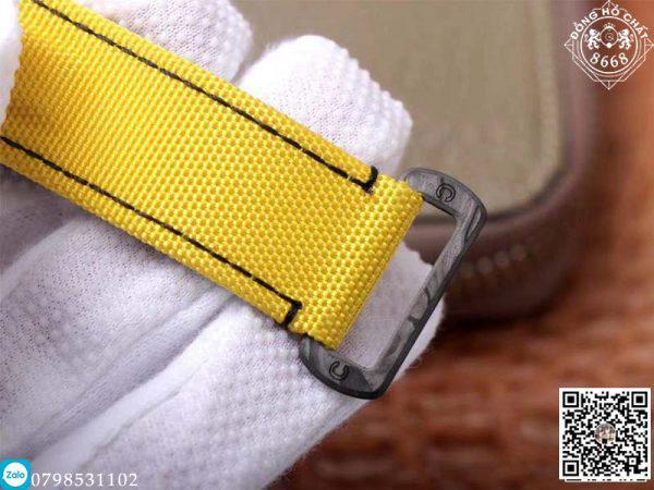 Bộ dây được hoàn thiện với chất liệu vải dù được thiết kế hoàn toàn bằng thủ công. Với những đường kim khâu mũi chỉ tỉ mỉ với nền vàng đem lại cảm giác sang trọng nổi bật.