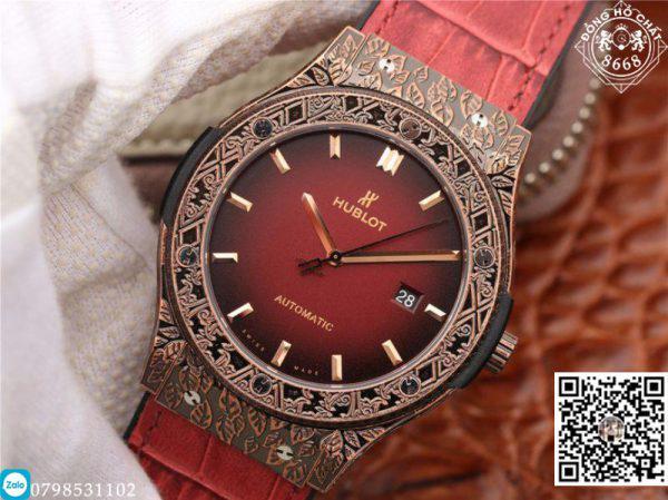 Có mặt tại Đồng Hồ Chất 8668 ngày hôm nay là một phiên bản vô cùng độc đáo được chạm khắc tinh tế của những nghệ sĩ chế tác đồng hồ Hublot Fake. Chiếc đồng hồ ngày hôm nay có tên là Hublot Classic Fusion Fuente phiên bản màu đỏ mận.