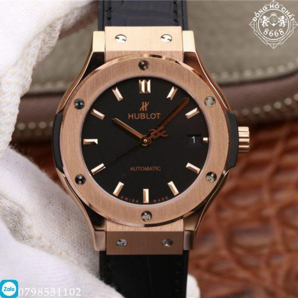 Màu đen vừa khiến mỗi chiếc đồng hồ có một màu sắc hiện đại mà vẫn đảm bảo nét đẹp nam tính mạnh mẽ. Để lại dấu ấn mang tính cá nhân của thương hiệu ngay trên thiết kế mặt số của cỗ máy này.