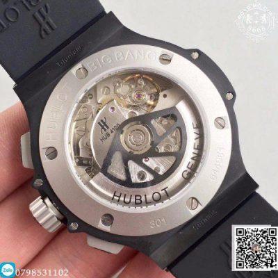 Riêng kim giây chronograph được làm khác lạ thiết kế bút chì tô điểm màu trắng có đuôi chữ H, hòa nhịp với hệ thống vạch dấu màu trắng nằm ngoài cùng.