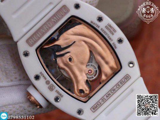 Chất liệu gốm Ceramic ở phiên bản này được phủ hoàn toàn màu trắng với các ốc vít bằng titanium được bắt chặt bên trên vành.