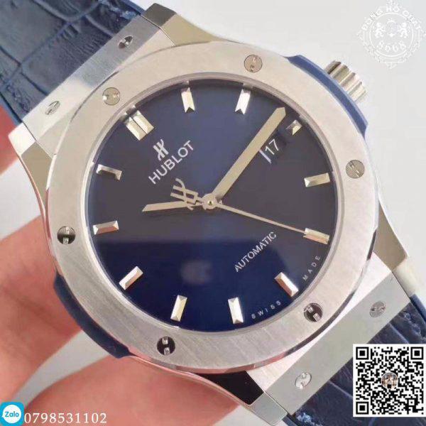 Mặt số màu xanh mang lại một cảm giác tuyệt vời tạo thêm sự nổi bật cho chiếc đồng hồ