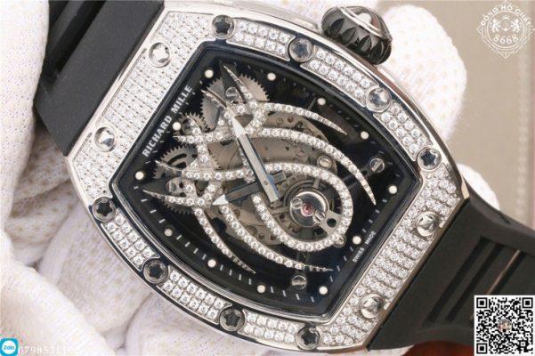 Không chỉ có thể,phần vành bezel cũng được chạm khắc kim cương nổi bật lấp lánh
