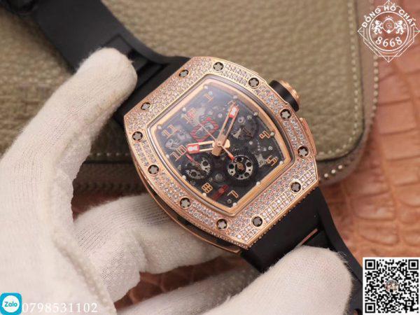 Nhìn qua về thiết kế vỏ thì đây là một trong những thiết kế nổi bật. Mẫu đồng hồ Richard Mille Fake này là tiên phong cho việc sử dụng các vật liệu mới và hiện đại trong chế tác đồng hồ bản sao.