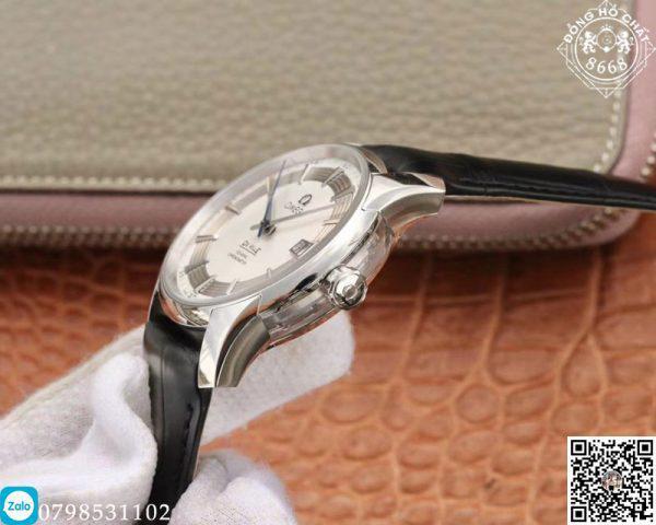 đồng hồ omega sapphire bên cạnh là núm của đồng hồ được in khắc rõ lô gô