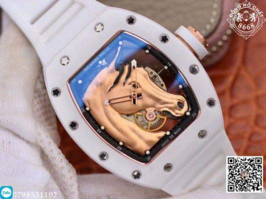 Tiếp đó là bộ núm vặn cũng được hoàn thiện với chất liệu thép mạ vàng. Núm được bắt chặt lấy thân vỏ kết hợp với đó là thiết kế gioăng cao su màu trắng trên núm. Với thiết kế chắc chắn này giúp chiếc đồng hồ có khả năng chống nước vô cùng cao.