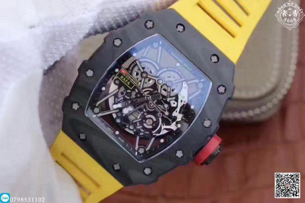 Trên mặt số skeleton, nhà sản xuất đã thiết kế các chi tiết từ bộ kim, các cọc số một cách rất thẩm mỹ tỉ mỉ với độ tinh xảo sát với bản hãng nhất. Điều này mang đến cho mẫu đồng hồ Richard Mille Fake RM 35-02 một diện mạo lôi cuốn mà ai cũng muốn chinh phục.