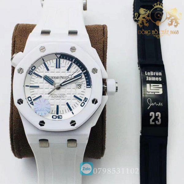 . Mỗi ốc vít được sử dụng trong bản sao có thể được hoán đổi với đồng hồ chính hãng. Audemars Piguet Fake có nắp bằng thép không gỉ với mặt AP đã hoàn thiện bằng satin.