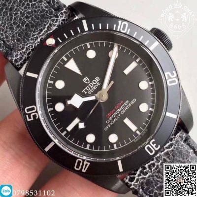 Chi tiêt mặt Dial của chiếc đồng Hồ Tudor Heritage Black Bay Dark M79230DK-0004 phiên bản Replica 1:1