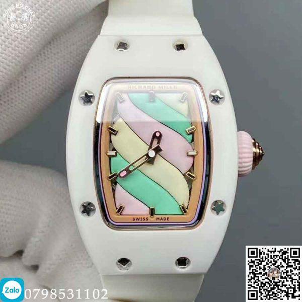 Trên bề mặt bộ vỏ của chiếc đồng hồ được nạm kim cương nhân tạo, đem lại sự thanh lịch mà sang trọng cho người sử dụng khi đeo Richard Mille RM 07-01 trên tay.