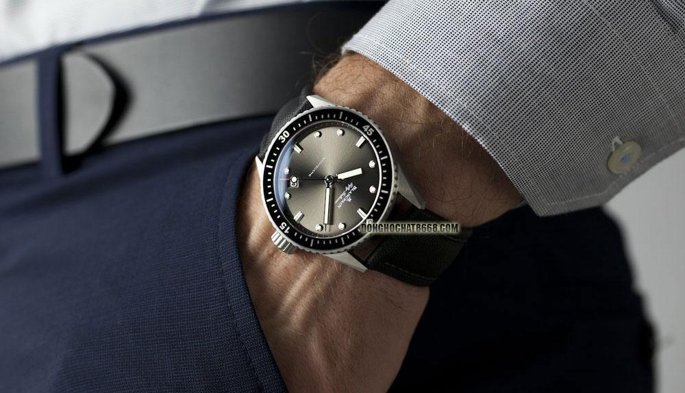 Blancpain Fifty Fathoms 5000-1110-B52A tông màu đen quý phái, sang trọng