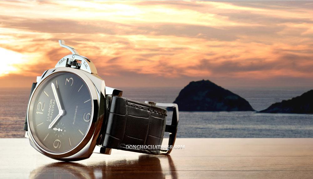 Panerai Luminor Due có kiểu dáng tương tự như những chiếc đồng hồ thuộc bộ sưu tập Luminor nhưng điểm để phân biệt là Luminor Due sẽ có dáng vỏ nhỏ và mỏng hơn